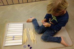 Erlernen Sie in meinen Montessori-Seminaren, wie Sie Selbständigkeit und geistige Fitness Ihrer (Pflege-)Kinder fördern.
